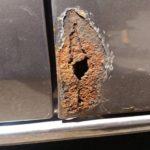 DIY修理で車のボディのサビ落とし&穴埋めのパテ&塗装するよ
