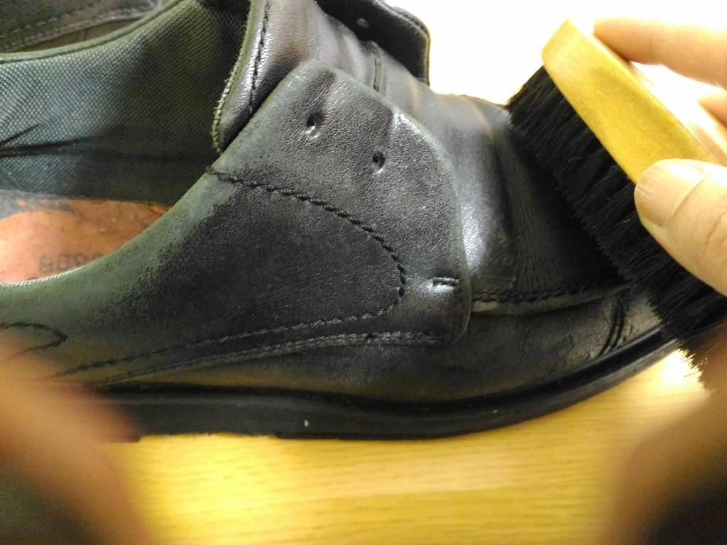 黒い 革靴 ブラシ 汚れ落とし