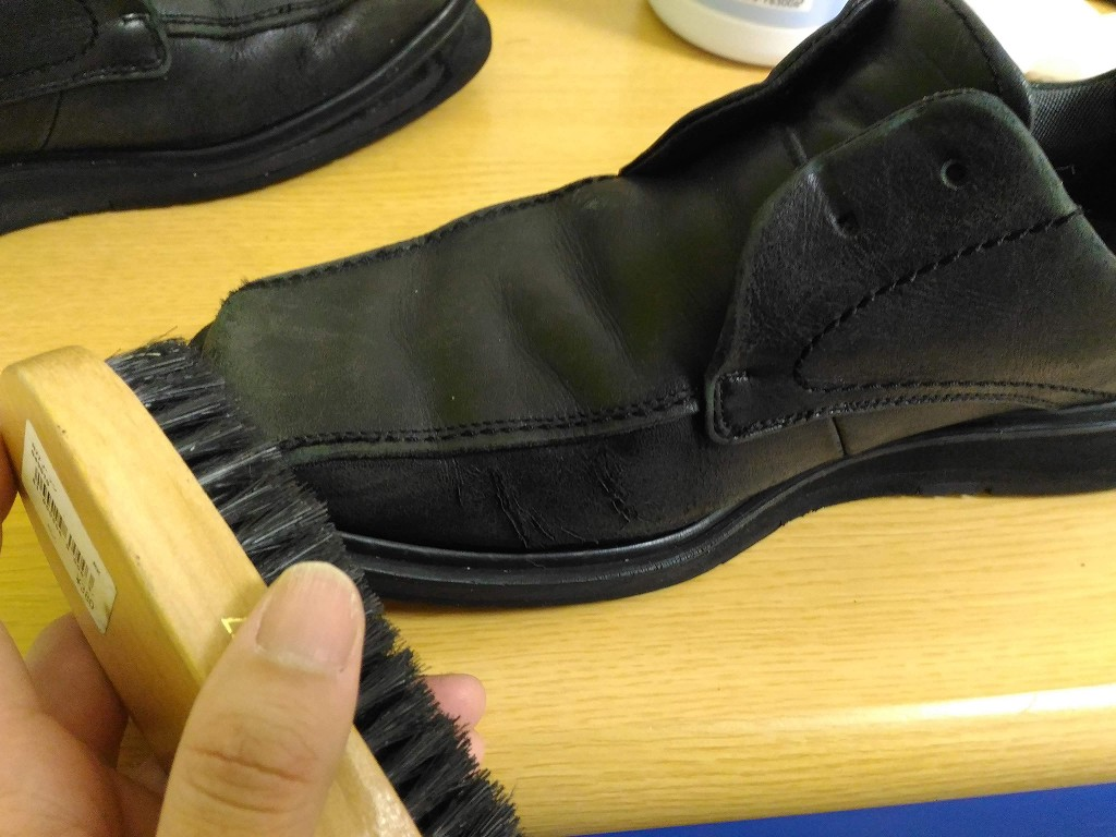 黒い革靴 ブラシ 汚れ落とし