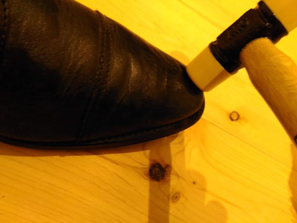 ハンマー 革靴 叩く