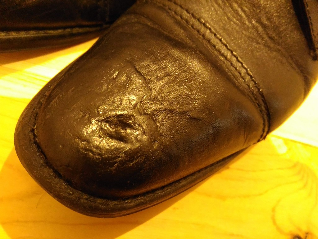 革靴 つま先 凹み