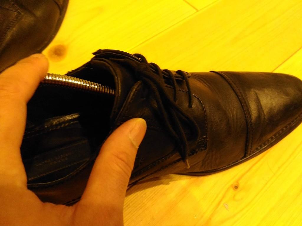 革靴 シューキーパーを入れる