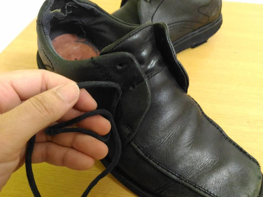 黒い革靴 ひもを外す